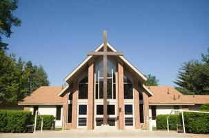 voorkant moderne kerk, groot kruis, blauwe lucht, groothoek