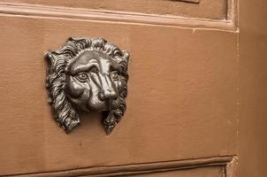 beschadigde leeuwenkop deurklopper zonder ring foto