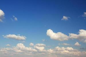 wolken in de blauwe lucht. foto