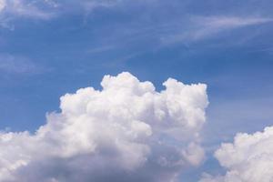 hemelsblauw en witte wolken foto