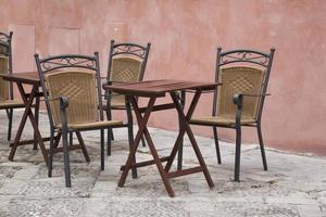 cafe tafels en stoelen; santa cruz buurt; Sevilla foto