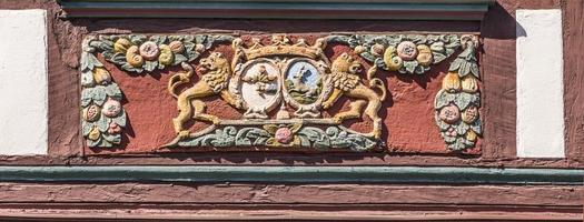 traditioneel snijwerk in een vakwerkhuis met symbolen