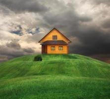 huis op een heuvel foto
