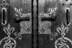houten deur met oude bloemenklomp foto