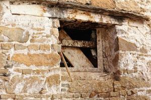 houten frame van verwoeste raamstenen muur. drepung klooster-lhasa-china. 1249