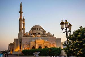 al noor moskee in sharjah 's nachts foto