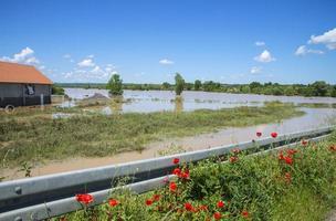 grote vloed die huizen, velden en wegen omvatte foto
