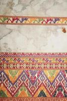 kleurrijke Thaise Peruaanse stijl deken oppervlak close-up.
