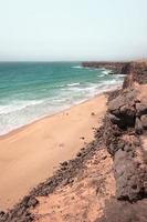 mistig strand met strandgangers gedurende de dag