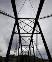 donkere spoorbrug foto