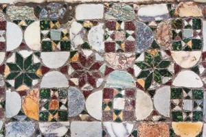 middeleeuws geometrisch inlegsel op de vloer van de romaanse kerk foto