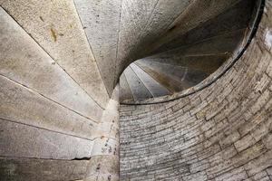 detail van een stenen wenteltrap in een oud kasteel