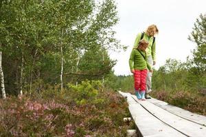 moeder en dochter wandelen in het bos