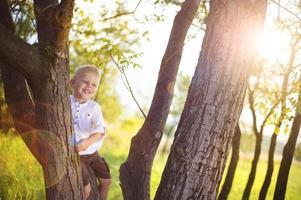 kleine jongen met plezier in een park