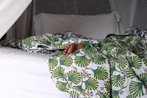 slapen op het bed foto