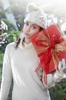trieste vrouw met geschenkdoos foto