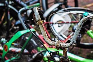 vintage roestige fiets foto