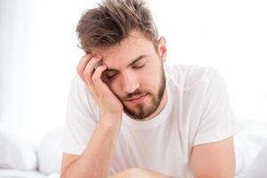 slaperige jonge man foto