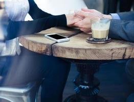 man met de hand van zijn vriendin in het restaurant foto