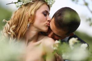 bruid en bruidegom in het voorjaar foto