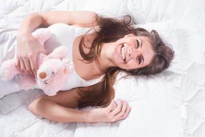 jonge vrouw met schattige glimlach foto