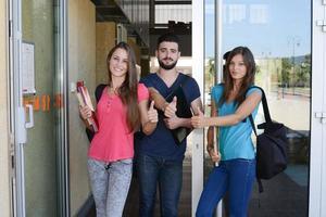 groep jonge studenten jongens en meisjes op de universiteitscampus foto
