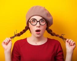 meisje met vlechten op oranje achtergrond foto