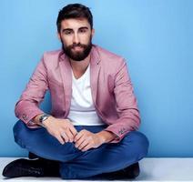 knappe jonge man poseren in studio. foto