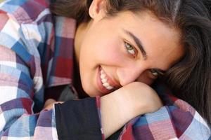 portret van een mooie tiener meisje lachend foto