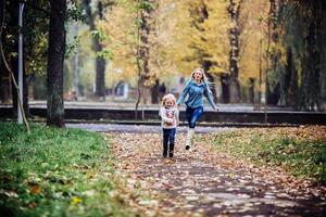 moeder met dochter in herfst park foto