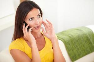 kalme dame denken tijdens het praten op haar mobiele telefoon
