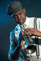zwarte Afro-Amerikaanse jazztrompettist. wijnoogst. studio opname.