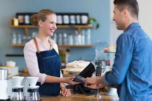 serveerster die klant dient bij de koffiewinkel