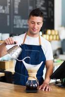 barista die filterkoffie maakt foto