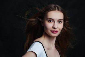 mooie jonge vrouwen die in studio stellen foto
