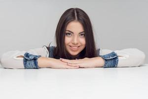 horizontaal portret van vrouw aan tafel