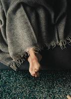 weergave van iemands voeten onder deken foto