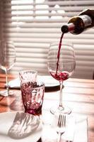 wijn die in glas wordt gegoten foto
