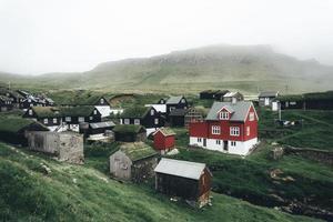 huizen op heuvel in de Faeröer