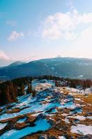 besneeuwde berg en bewolkte blauwe hemel foto