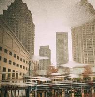 stadsgebouwen weerspiegeld in water