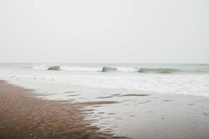 persoon die op golven surft