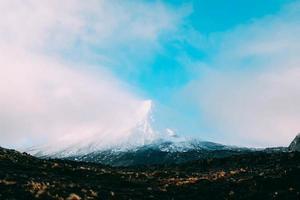 berg met bewolkte blauwe hemel foto