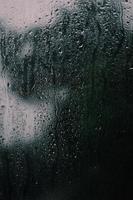 close-up van meisje met regendruppels erop foto