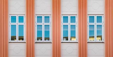 oranje en beige betonnen gebouw foto