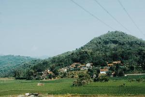 dorp en boerderij op berg foto