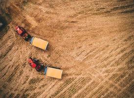 rode tractoren op veld foto
