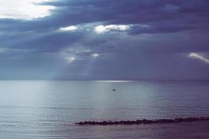 oceaan met bewolkte hemel