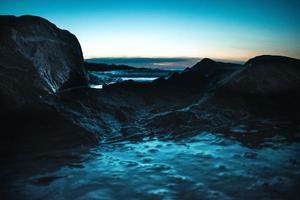 rotsachtige kust bij zonsondergang foto