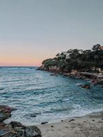 rustige golven op rotsachtige kust